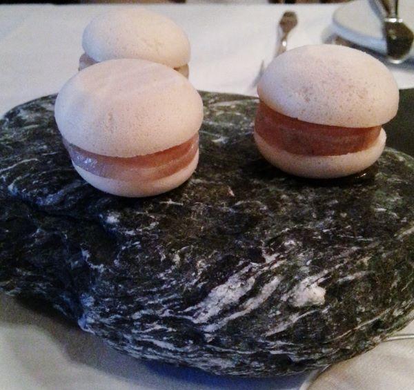"""2. Macaron """"Homage an die Pfalz"""", gebeizte Forelle, Sauerkraut, Zwiebel und Kartoffel"""