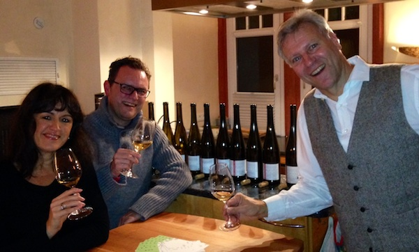 Frank John, rechts, mit uns Weinfreunden. Selfie à la Christian Schiller.