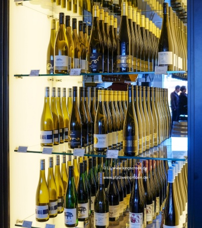 Eins von vielen Regalen der Vinothek Par-Terre. © LL kingscreek.de